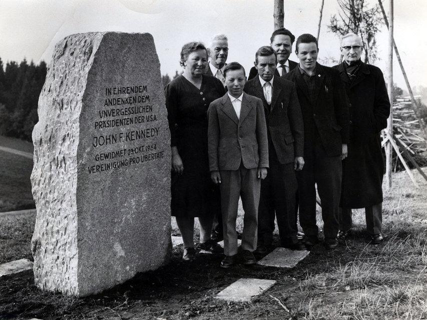 Initiant Max Mössinger (hinten in der Mitte) und die Anwesenden bei der Einweihung des JFK-Steins 1964. Vorne steht der damals 12-jährige Ernst Ulrich (Bild: zvg)
